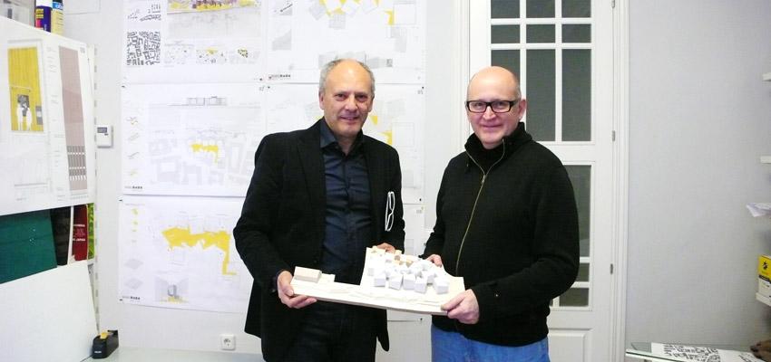 Los arquitectos Luis Sanjuán y Pedro Iglesias con la maqueta del proyecto para el museo de la historia de Baviera.